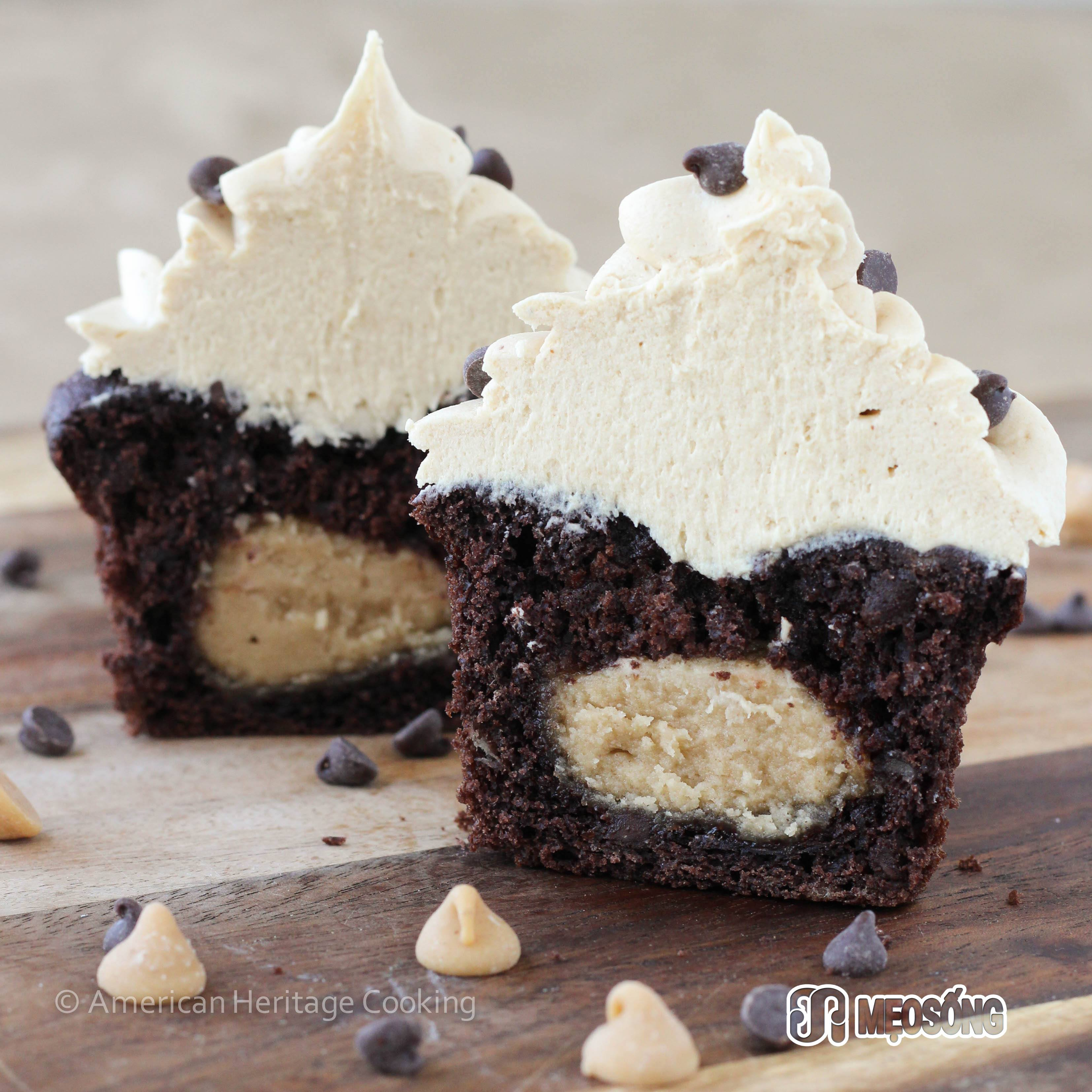 Peanut_Butter_Stuffed_Double_Chocolate_-Cupcakes_Peanut_Butter_Frosting-1404204031